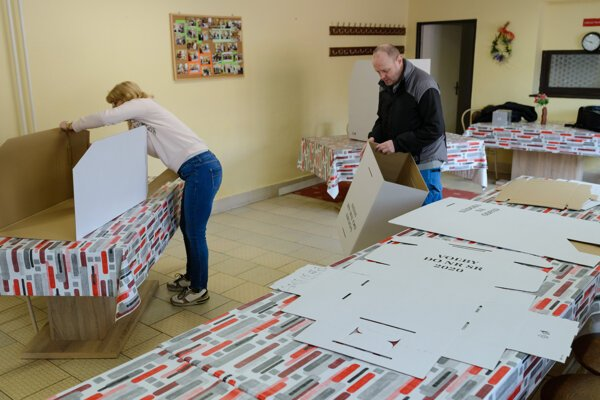 Pracovníci mestského úradu pripravujú volebnú miestnosť v Nitre.