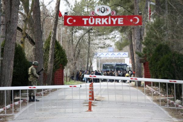 Migranti čakajúci na hranici Grécka s Tureckom.