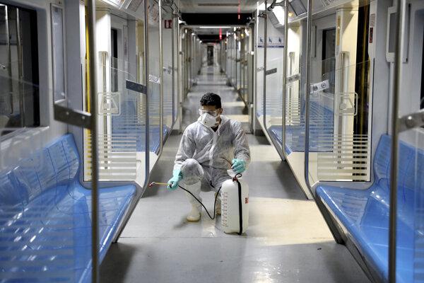 Dezinfekčné práce v teheránskom metre.