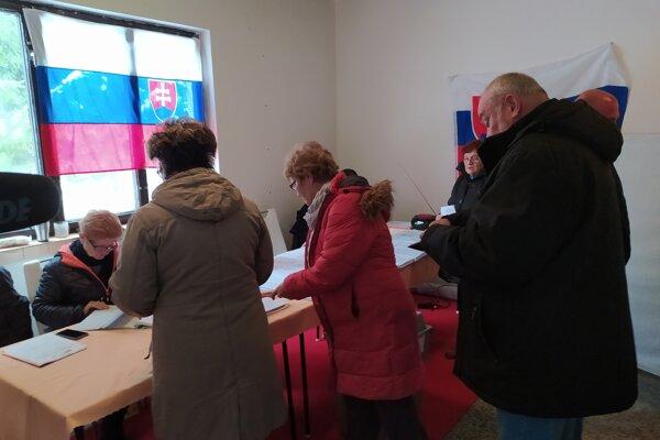 V handlovskej mestskej časti Nová Lehota sa volebná miestnosť nachádza v poľovníckom domčeku.