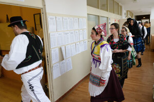 Členovia folklórneho súboru Slovenskí rebeli volili v krojoch.