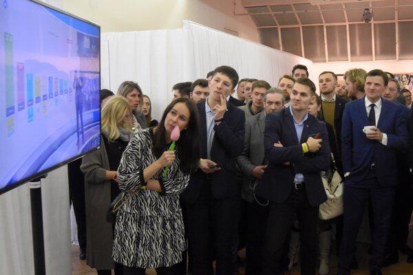 Voľby 2020: Líder KDH Alojz Hlina sleduje prvé volebné odhady vo volebnej centrále strany po voľbách.