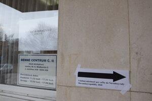 Volebný okrsok číslo 15 sídlil v dennom centre pre seniorov v levickom Juniore.
