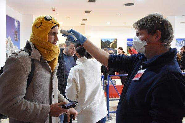 Na letisku v Poprade merajú cestujúcim teplotu.