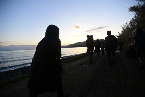 Migranti na pobreží gréckeho ostrova Lesbos.