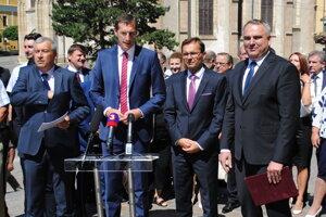 Jozef Lukáč (vpravo) pri podpore M. Majerského v kandidatúre za župana. Spolu s P. Zajacom a Ľ. Galkom.
