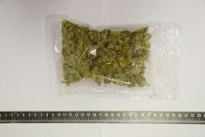 Balíček marihuany našli policajti v aute.