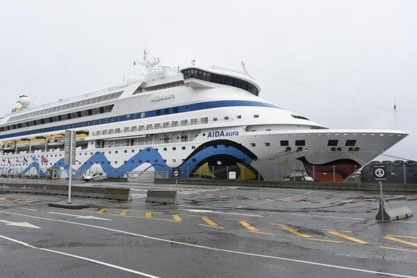 Na snímke je nemecká výletná loď Aida Aura na nábreží v nórskom meste Haugesund 3. marca 2020.