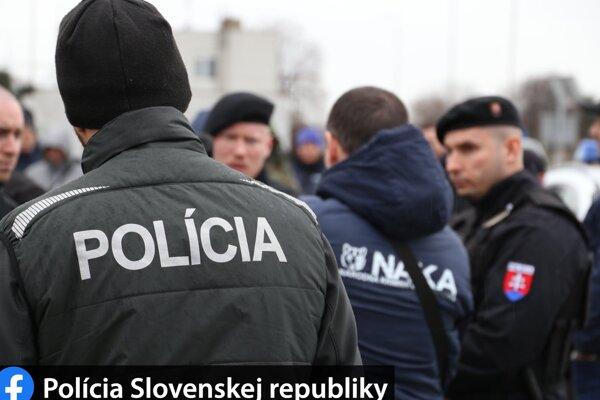 Policajná akcia v Mochovciach pokračuje druhý deň.