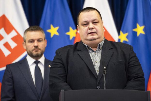 HlavnýhygienikJán Mikas počas tlačovej konferencie k prvému potvrdenému prípadu nákazy novým koronavírusom na Slovensku v Bratislave. Za ním premiér Pellegrini.