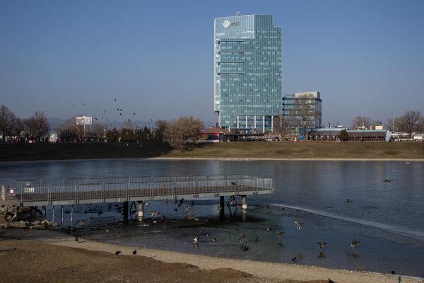 Lakeside Park 02 priamo nadväzuje na projekt Lakeside Park 01, ktorý sa nachádza na križovatke Tomášikovej a Vajnorskej ulice v bratislavskej mestskej časti Nové Mesto.
