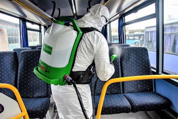 Dezinfekcia autobusov v martinskej SAD-ke.