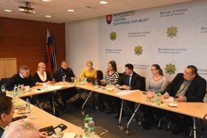 Na snímke v pozadí zľava premiér SR Peter Pellegrini, poverený riadením ministerstva zdravotníctva a ministerka vnútra SR Denisa Saková počas mimoriadneho zasadnutia krízového štábu.
