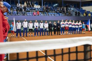 Slovenský daviscupový tím a vpravo český daviscupový tím pred úvodnou dvojhrou kvalifikačného stretnuta o postup na finálový turnaj Davisovho pohára Slovensko - Česko.