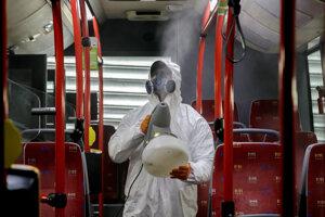 Celoplošná dezinfekcia so zosilnenými účinkami interiéru vozidla bratislavskej mestskej hromadnej dopravy metódou zahmlievania a na báze dezinfekčnej látky s obsahom striebra v Bratislave.