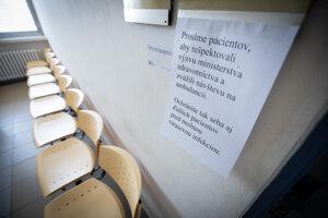 Prázdna čakáreň s oznamom v Nemocnici Ružinov po odporúčaní nenavštevovať lekárov osobne ministerstvom zdravotníctva SR.