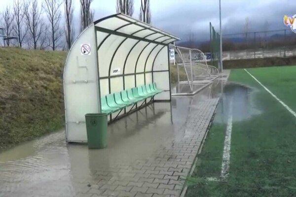 Voda z polí pri silných dažďoch zatápa časť umelého ihriska v Novákoch.
