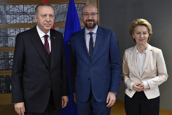Erdogan, Michel a Leyenová pred rokovaním.