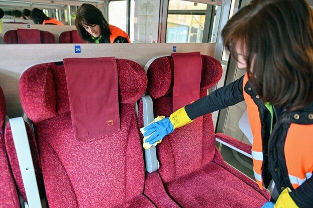 Dezinfekcia priestorov vlaku.