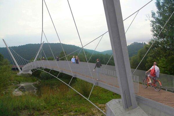O výstavbe lávky vPovažskom Podhradí sa vo veľkom hovorilo aj pred ôsmimi rokmi. Vtedy bol iniciátorom nápadu a autorom štúdie architekt Pavol Knapo. Takáto bola vízia.