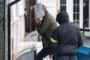 Policajti NAKA predvádzajú Davida Lindtnera na policajnú stanicu v Nitre.