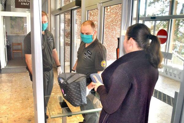Justičná stráž pri vstupe do budovy košických súdov pracuje v rúškach.