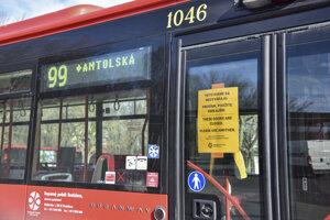 Predné dvere autobusov i priestor pri predných dverách sú výrazne označené.