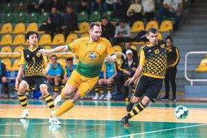 Futsalisti mali hrať odvetu minulý piatok, ale všetky ligové zápasy boli odložené na neurčito.