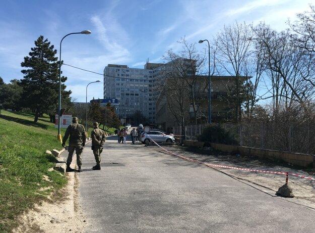 Vjazd na urgentný príjem na bratislavských  Kramároch strážia vojaci.