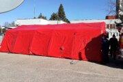 Pred nemocnicou postavili stan, kde budú vprípade potreby zdravotníci odkláňať pacientov.