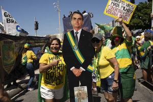 Prívrženci brazílskeho prezidenta Jaira Bolsonara sa zhromaždujú na pláži Copacabana v Riu de Janeiro. Brazílsky prezident Jair Bolsonaro a jeho prívrženci sa v nedeľu zúčastnili na zhromaždeniach na jeho podporu. Nerešpektovali tak odporúčania o obmedzení spoločenských udalostí v súvislosti s nákazou koronavírusom.
