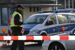 Nemecký policajt kontroluje autá na nemecko-francúzskej hranici v nemeckom Kehli.