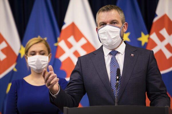 Premiér Peter Pellegrini a ministerka vnútra Denisa Saková počas tlačovej konferencie po zasadnutí Ústredného krízového štábu.