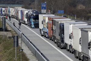 Nákladné autá stoja v rade na diaľnici A12 medzi Berlínom a poľskou hranicou vo Frankfurte Oder.