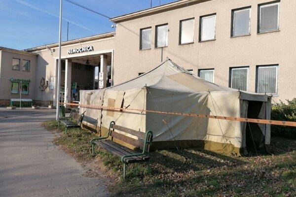 Stan pred bojnickou nemocnicou bude slúžiť ako filtračná zóna pre pacientov a personál.