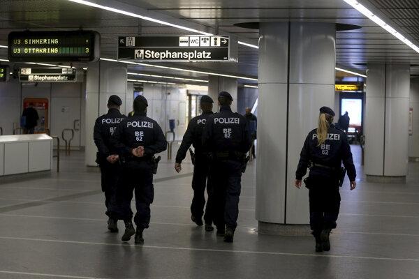 Policjná hliadka vo viedenskom metre.