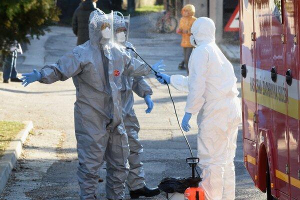 Dezinfekcia hasičov po mobilnom odbere vzoriek pacienta podozrivého na ochorenie na koronavírus v jednej z bratislavských štvrtí.