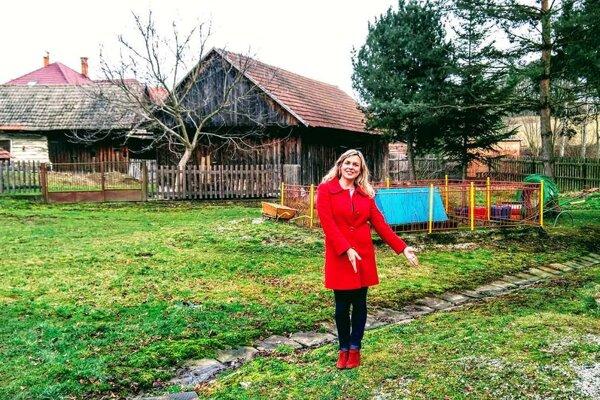 Lenka Janíková, starostka Laskára ukazuje miesto, kde vyrastie nová prístavba pre hasičov.