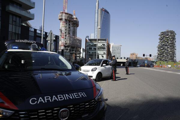 Poriadková polícia kontroluje vodičov v Miláne.
