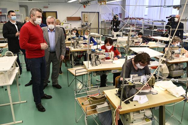 Peter Pellegrini navštívil textilnú spoločnosť Zornica.