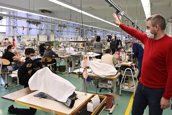 Predseda vlády Peter Pellegrini (vpravo) navštívil textilnú spoločnosť Zornica, ktorá začala vyrábať ochranné rúška v súvislosti so šírením nového koronavírusu na Slovensku 17. marca 2020 v Bánovciach nad Bebravou.