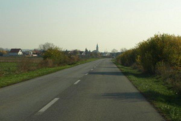 Šoféri sa sťažujú na zlý povrch cesty medzi Zavarom a Šúrovcami.