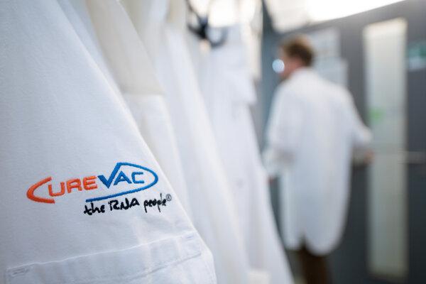 Výskumný pracovník kráča okolo plášta s logom nemeckej biofarmaceutickej výskumnej spoločnosti CureVac v nemeckom meste Tübingen.