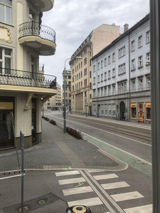 Prázdna Štúrova ulica v centre Bratislavy.
