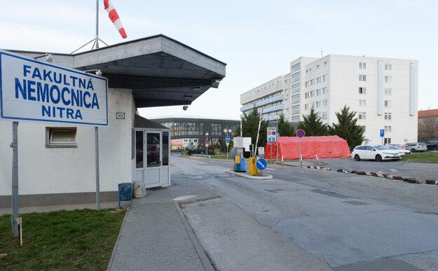 Do areálu Fakultnej nemocnice v Nitre sa bude vstupovať iba cez roztrieďovací stan.