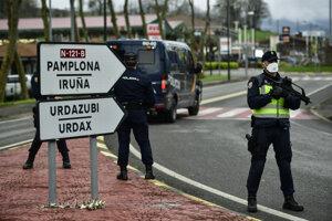Španielski policajti hliadkujú neďaleko španielsko-francúzskych hraníc pri španielskej obci Dantxarinea.
