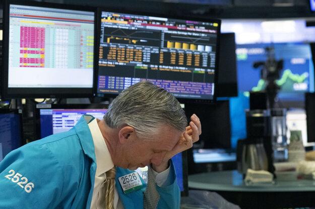 Burzový maklér reaguje počas obchodovania na newyorskej burze. Wall Street v stredu pokračovala v páde.