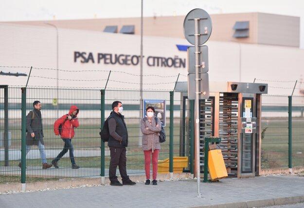 Trnavská automobilka Groupe PSA Slovakia zastavila vo štvrtok  od 6:00 výrobu.