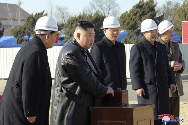 Tamojší štátnici vrátane vodcu Kim Čong-una sa tento týždeň v severokórejskom hlavnom meste zúčastnili na slávnostnom spustení výkopových prác na novú nemocnicu a nikto z nich rúško na tvári nemal.