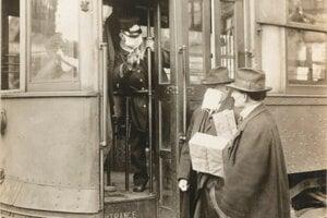 Sprievodca električky púšťal dovnútra len pasažierov s rúškom. Seattle, 1918.